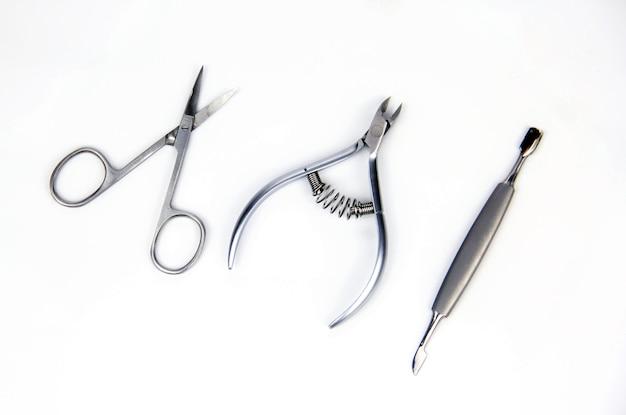 Werkzeuge einer maniküre auf weißem hintergrund.
