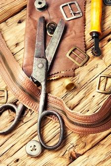 Werkzeuge eines gerbers für die arbeit mit leder