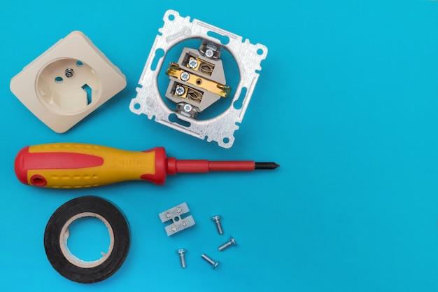 Werkzeuge elektriker - schraubendreher, schrauben, steckdose, isolierband. banner, exemplar.