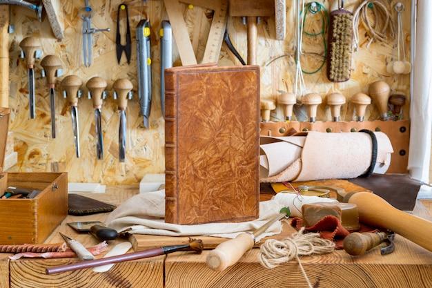 Werkzeuge für das handwerk des buchbindens in der werkstatt