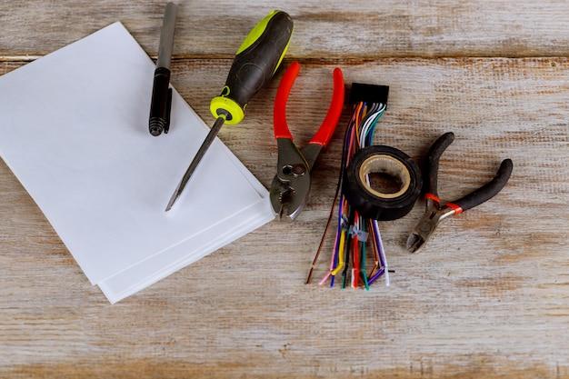 Werkzeuge für die elektrische installation lokalisiert auf metalloberfläche