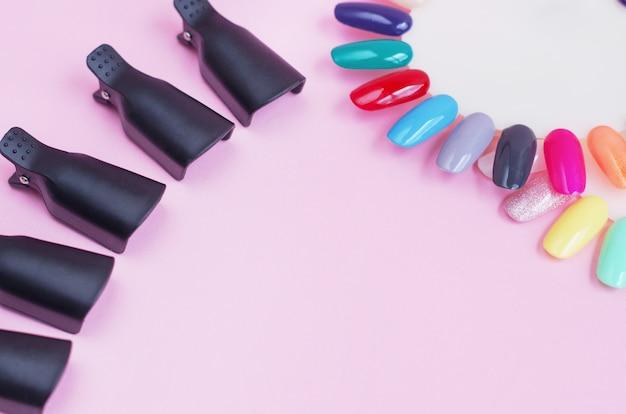 Werkzeuge für die maniküre auf einem rosa hintergrund
