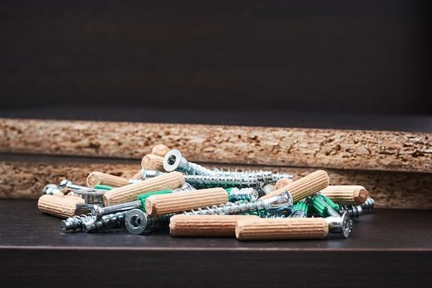 Werkzeuge für die möbelmontage auf einem hölzernen backgroumd