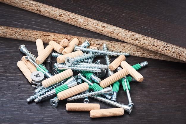 Werkzeuge für die möbelmontage auf einem hölzernen hintergrund