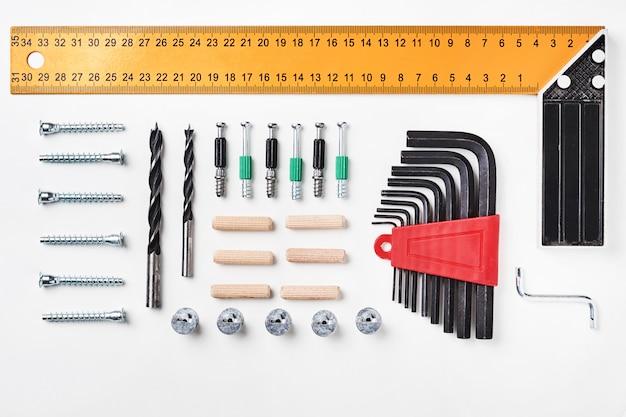 Werkzeuge für die möbelmontage auf einem weißen hintergrund für spott herauf schablonendesign. von oben betrachten. flach legen