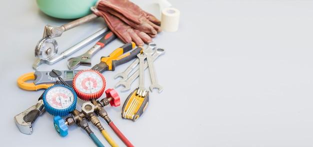 Werkzeuge für die reparatur und wartung von klimaanlagen.