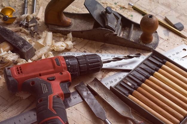 Werkzeuge für die tischlerei auf dem tisch