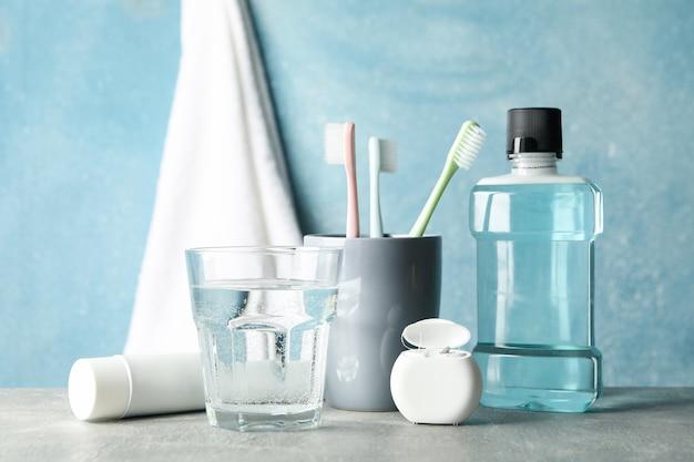 Werkzeuge für die zahnpflege auf blauer oberfläche
