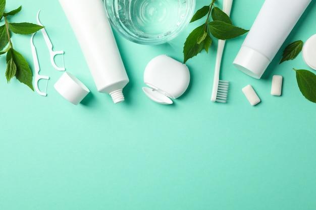Werkzeuge für die zahnpflege auf neuwertiger oberfläche