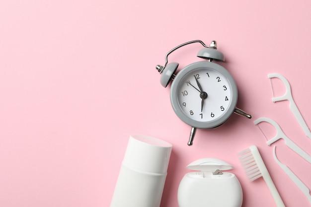 Werkzeuge für die zahnpflege auf rosa hintergrund, draufsicht