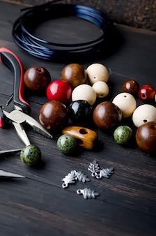 Werkzeuge für handgemachten schmuck. perlen, zange und draht