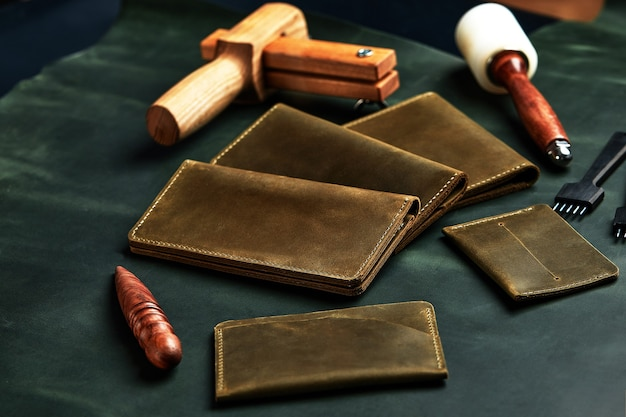 Werkzeuge für lederhandwerk und essensstücke. herstellung von lederwaren.