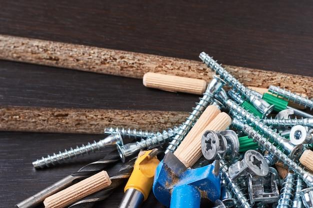 Werkzeuge für möbelmontage auf einer hölzernen hintergrundnahaufnahme