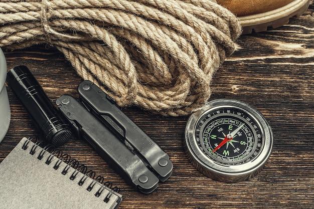 Werkzeuge für wanderausrüstung, ansicht von oben