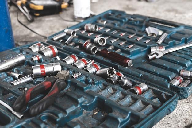 Werkzeuge im werkzeugkasten auf dem boden liegend