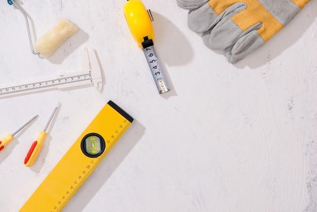 Werkzeuge manueller hardware-leerraum mit exemplar.