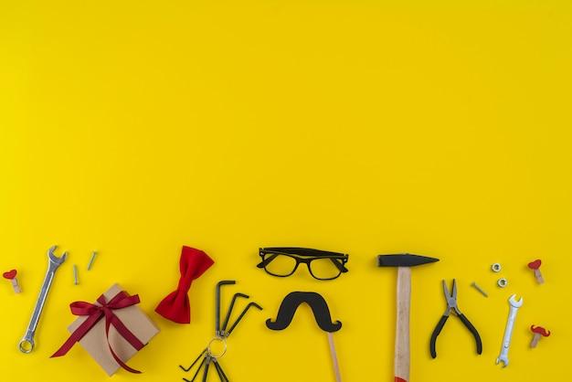 Werkzeuge mit geschenkbox und schnurrbart aus papier