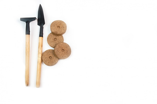 Werkzeuge, samen, torftöpfe und gepresster boden für setzlinge