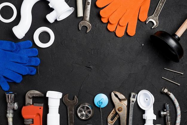 Werkzeuge und ausrüstung für das plombieren auf dem tisch