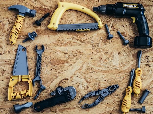 Werkzeuge und instrumente auf hölzernem hintergrund