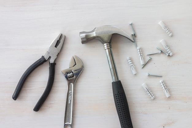 Werkzeuge und weiße hölzerne tavble