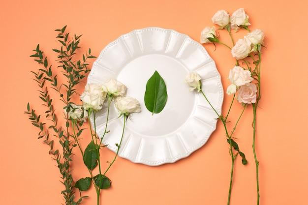 Werkzeuge und zubehör, die floristen benötigen, um einen blumenstrauß zusammenzustellen