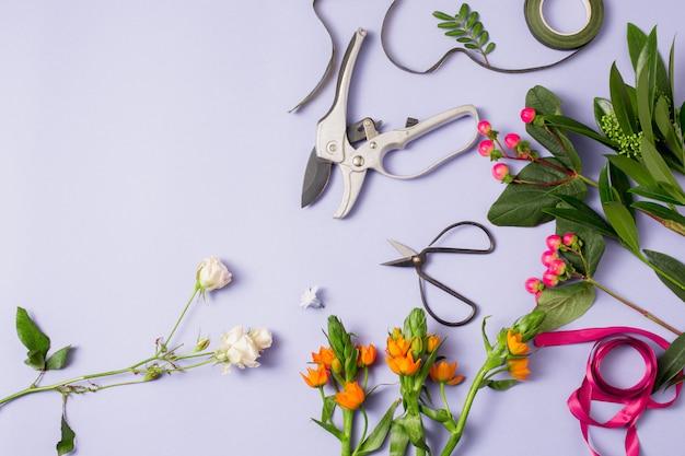 Werkzeuge und zubehör, die floristen für die herstellung eines blumenstraußes benötigen
