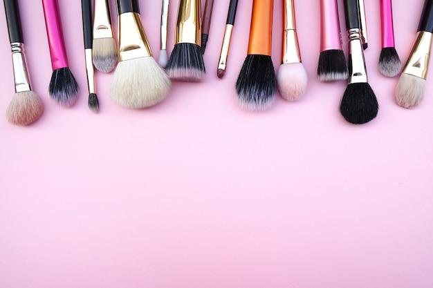Werkzeuge von kosmetischen bürstenprodukten der frauenschönheits-mode für gesichtsbehandlung.