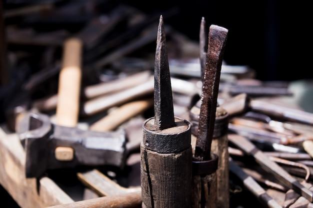 Werkzeuge zum arbeiten mit metall auf dem tisch.