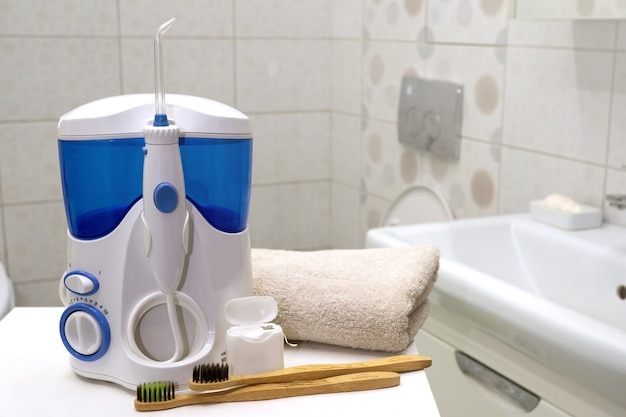 Werkzeuge zum reinigen der zähne im badezimmer irrigator und zahnseide mit bambus-öko-zahnbürsten