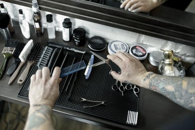 Werkzeuge zum schneiden von bart barbershop draufsicht. weinlesewerkzeuge des friseursalons auf hölzernem hintergrund