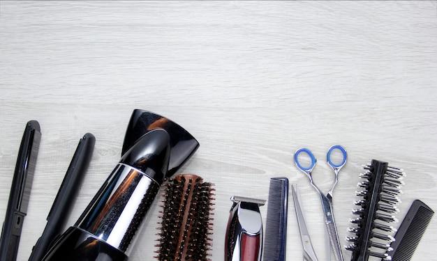 Werkzeuge zum schneiden von haaren platz für den text friseurwerkzeuge auf dem desktop eines schönheitssalons