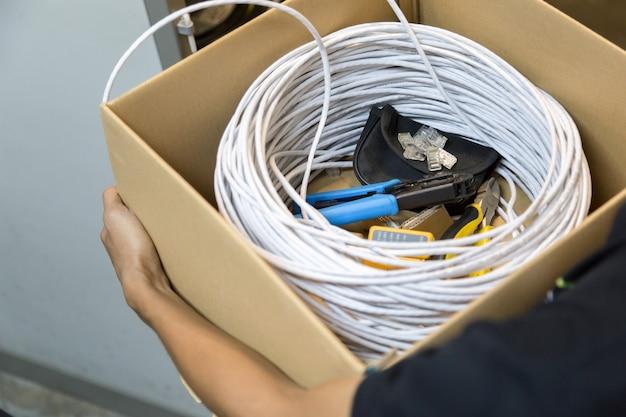Werkzeuge zum verbinden des netzwerkkabels mit dem switch
