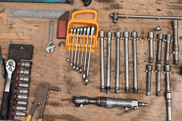 Werkzeuge zum zerlegen von autoteilen in der garage.