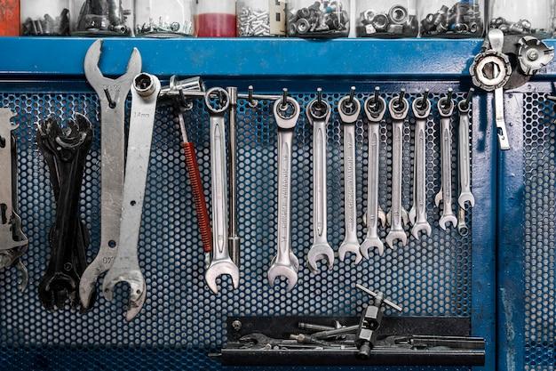 Werkzeuge zur fahrraderstellung in der werkstatt