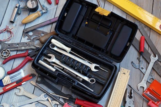 Werkzeugkasten auf bretterboden, ansicht von oben.