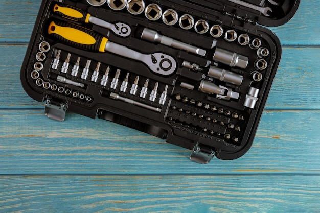 Werkzeugkasten in kombination mit schraubenschlüsseln für die autoreparatur