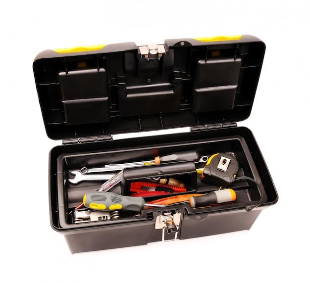 Werkzeugkasten mit auf weiß isolierten werkzeugen