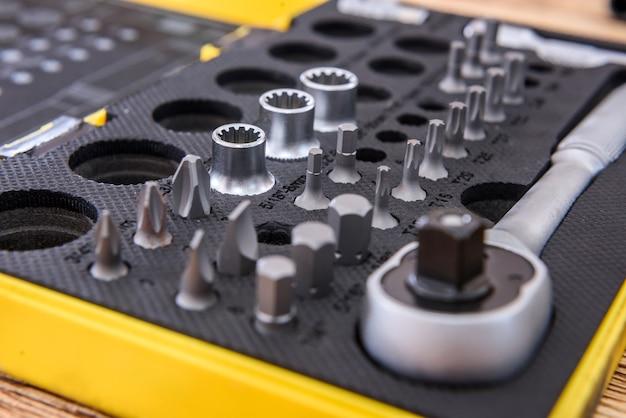 Werkzeugkasten mit stahlschlüssel und verschiedenen werkzeugen in nahaufnahme