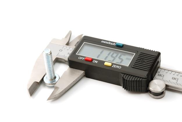 Werkzeugsammlung - elektronischer digitaler messschieber lokalisiert auf weißem hintergrund. das präzisionswerkzeug.