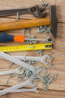 Werkzeugsatz auf holzbrettern