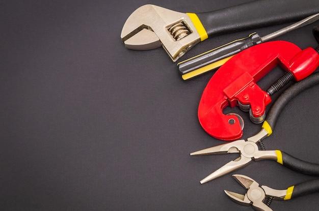 Werkzeugsatz auf schwarz, der vom professionellen meister vor der reparatur oder dem bau vorbereitet wurde