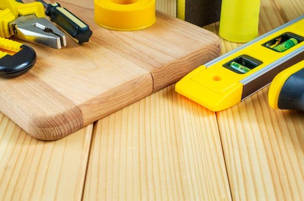 Werkzeugsatz für den baumeister auf holzbrettern mit platz für werbung