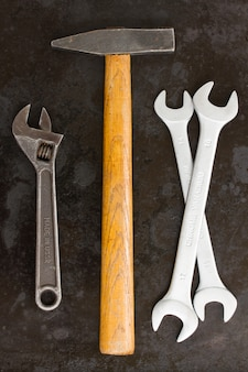 Werkzeugsatz mit hammer auf schwarz