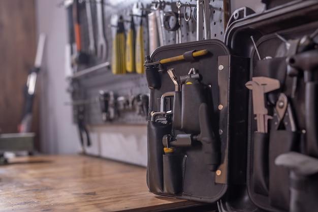 Werkzeugsatz schrauben zange und muttern in einer werkstatt