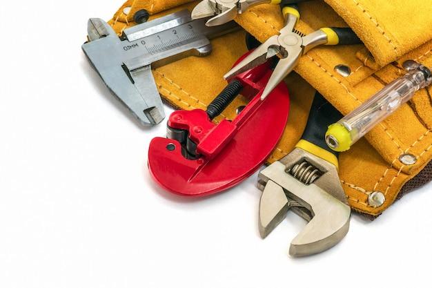 Werkzeugset für den bauherrn oder klempner in der tasche. die idee, den meister vor der arbeit vorzubereiten