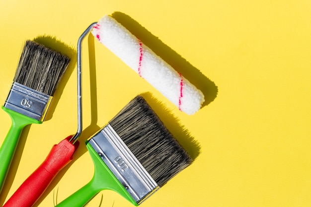 Werkzeugset zum malen. werkzeug zum reparieren und lackieren isoliert auf gelb.