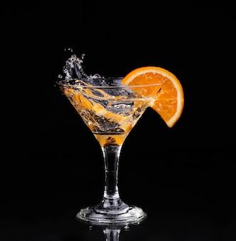 Wermutcocktail innerhalb martini-glases über dunklem hintergrund