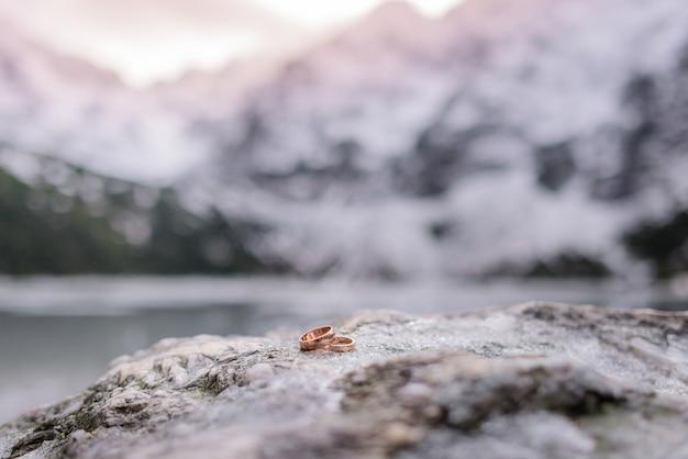 Wertvolle eheringe liegen auf dem grauen stein draußen, ehekonzept