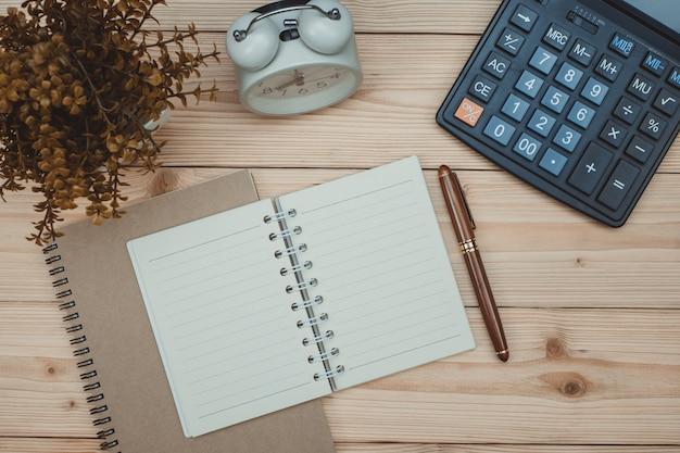 Wesentliche werkzeugeinzelteile des büroartikels oder der büroarbeit auf holz